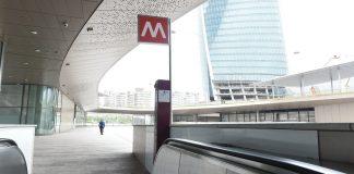 Scivolata sulla banchina della metro