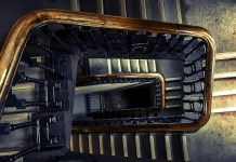caduto nella tromba delle scale